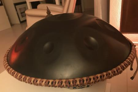 Bicolored band on a handpan
